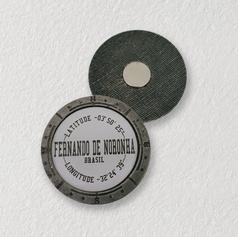 imã de metal personalizado com etiqueta adesiva abaulada