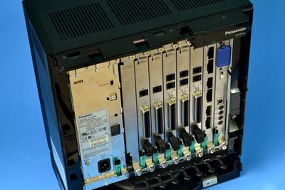 central telefonica panasonic kxtda100 El armario básico de la central kx-tda100 contiene una tarjeta MPR para controlar la central-IP híbrida. Para utilizar el sistema,instale una unidad de alimentación