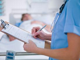 Robi notatki pielęgniarki