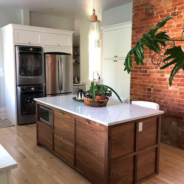 Walnut island, oxford white Cabinets