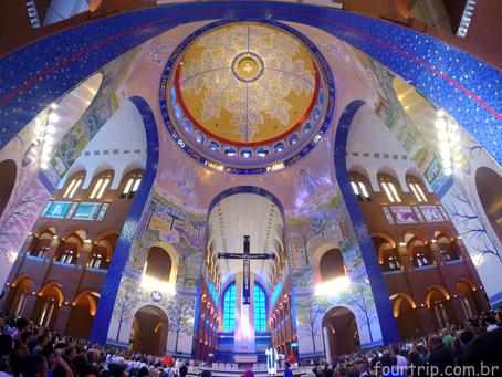 Ambiente fechado, pessoas reunidas e cantoria: Entenda riscos da Covid em igrejas