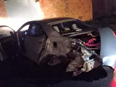 Carro fica destruído após motorista perder controle e colidir em muro na BA-220, em Fátima
