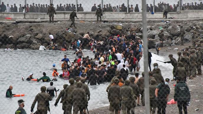 El Ejército español se despliega en Ceuta tras el ingreso de cerca de 6.000 inmigrantes ilegales