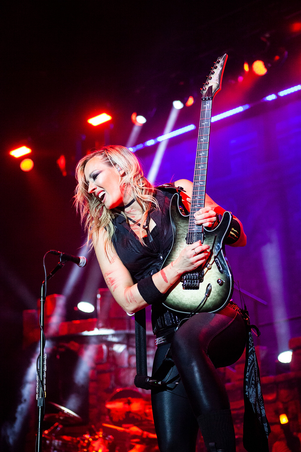 Nita Strauss with Alice Cooper, photo by Gili Dailes