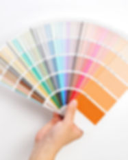 Muestras mano que sostiene el color