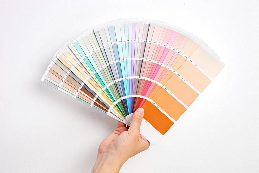 Ruka držící vzorky barev