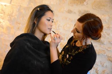 Préparation mise en beauté mariée. Maquillage professionnel.