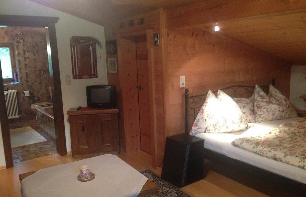 Schlafzimmer I OG und Eingang Bad