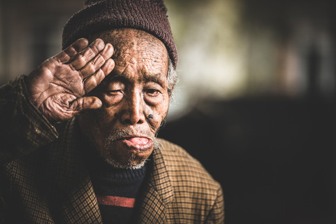 A gurkha veteran salutes