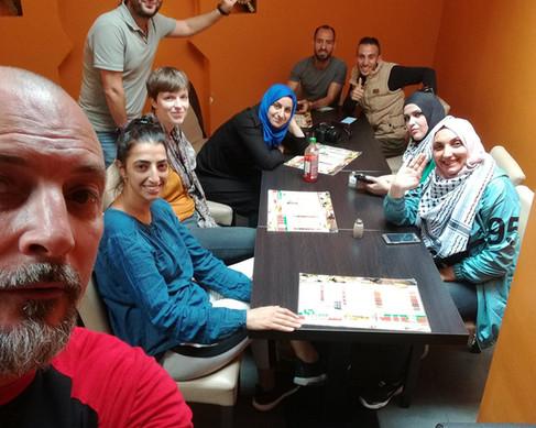 Édition 2018 : La troupe le Yes Theater d'Hebron  en Palestine, le soir de leur arrivée en Belgique.