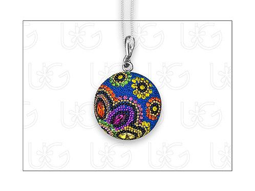 Dije medalla huichol, elaborado en plata, cristales y micro-perlas