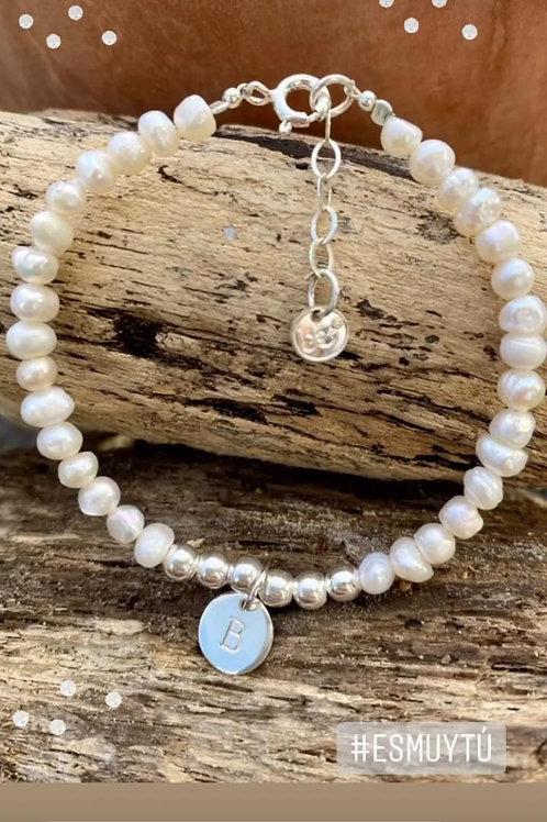 Pulsera con perlas, bolitas e inicial de plata