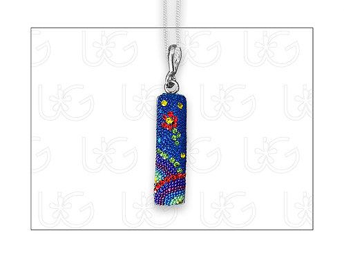 Dije barra huichol vertical, elaborado en plata, cristales y micro-perl