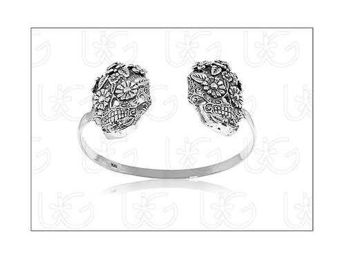 Brazalete de plata con dos catrinas con flores.