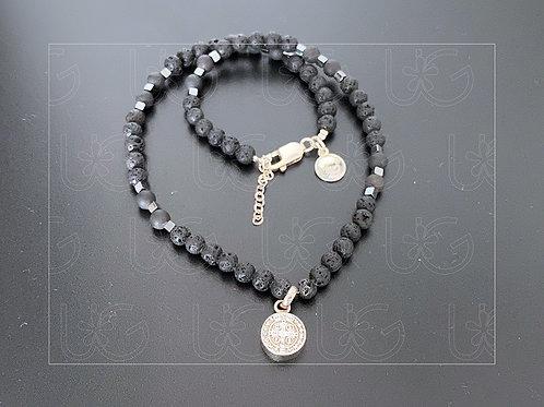 Collar de piedra natural con medalla de San Benito de plata fina .925