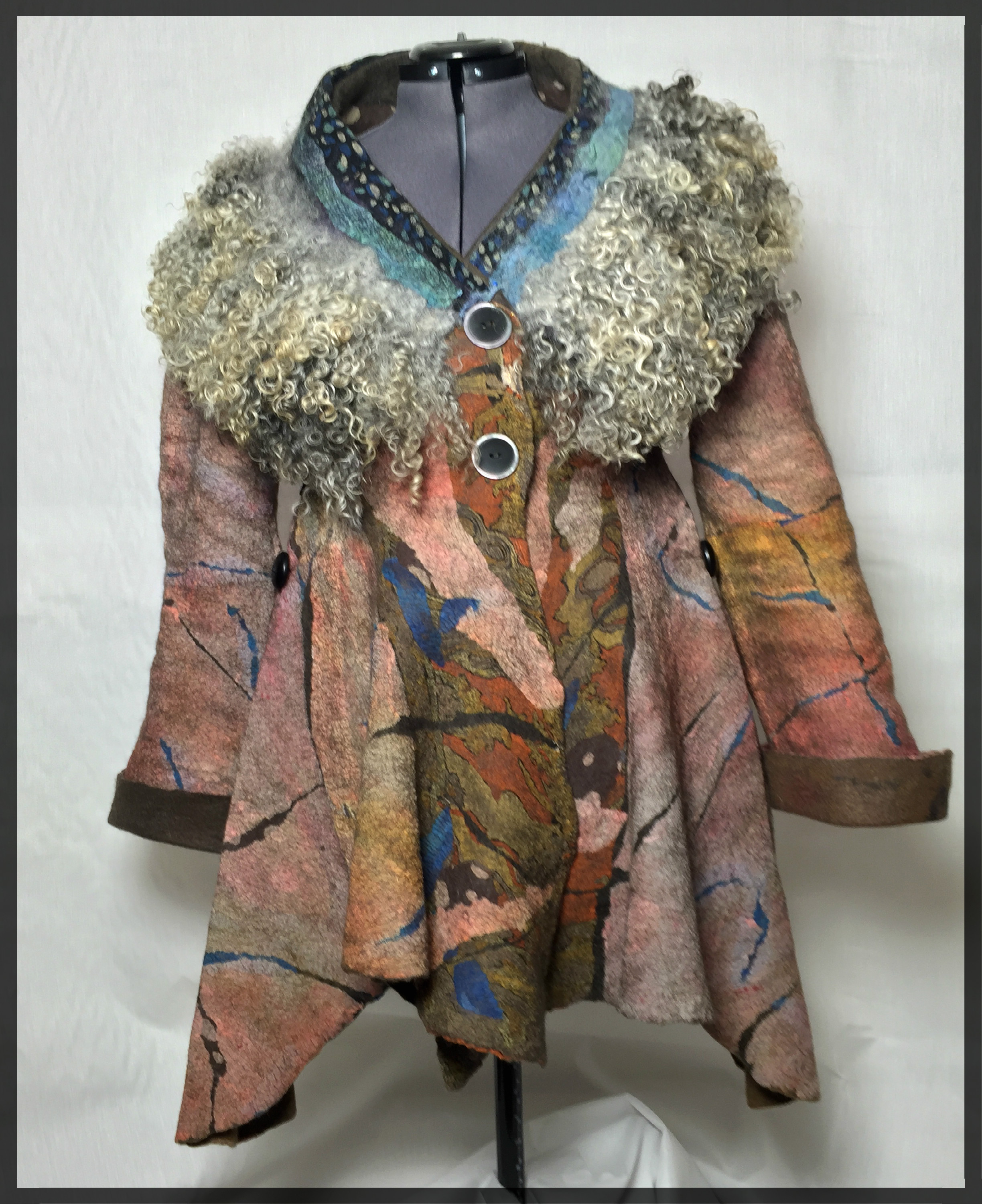 Coat with wool collar and frame