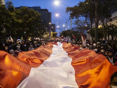 Marchan a favor de la izquierda y derecha en Perú