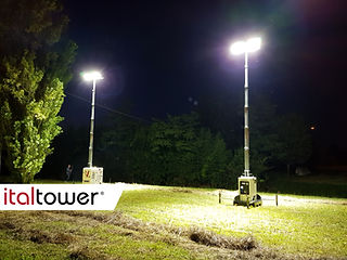 Torre faro Basetower accesa di notte