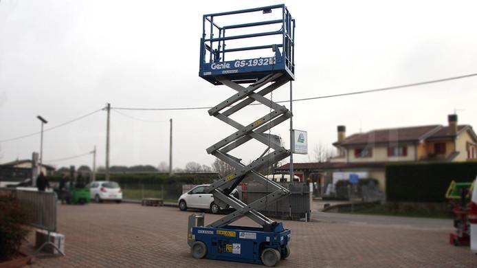 Piattaforma aerea semovente verticale
