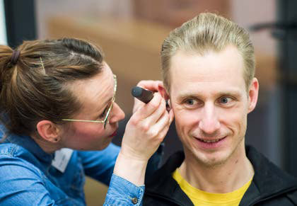 Hörakustikerin Lysann Bohl nimmt einen Abdruck vom Ohr.