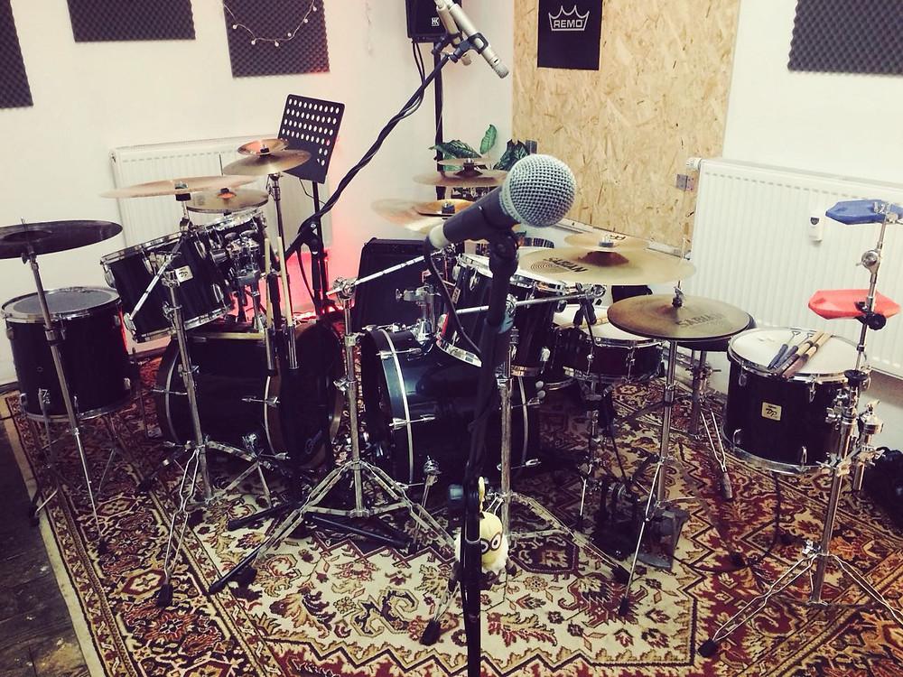 The New Hornets Probraum Schlagzeug und Mikrofon