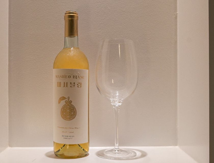 Masheo Blanc is a Jeju citrus wine fermented from Hallabong