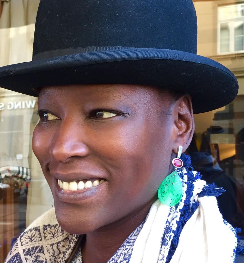 Frau mit trend Statement Ohrringe 2019 von JF Das Atelier Goldschmiede München
