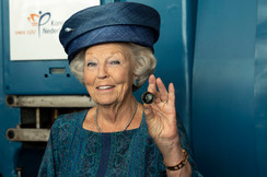 Prinses Beatrix slaat eerste KWF Munt