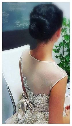 Atlasinė suknelė su gipiūro dekoru