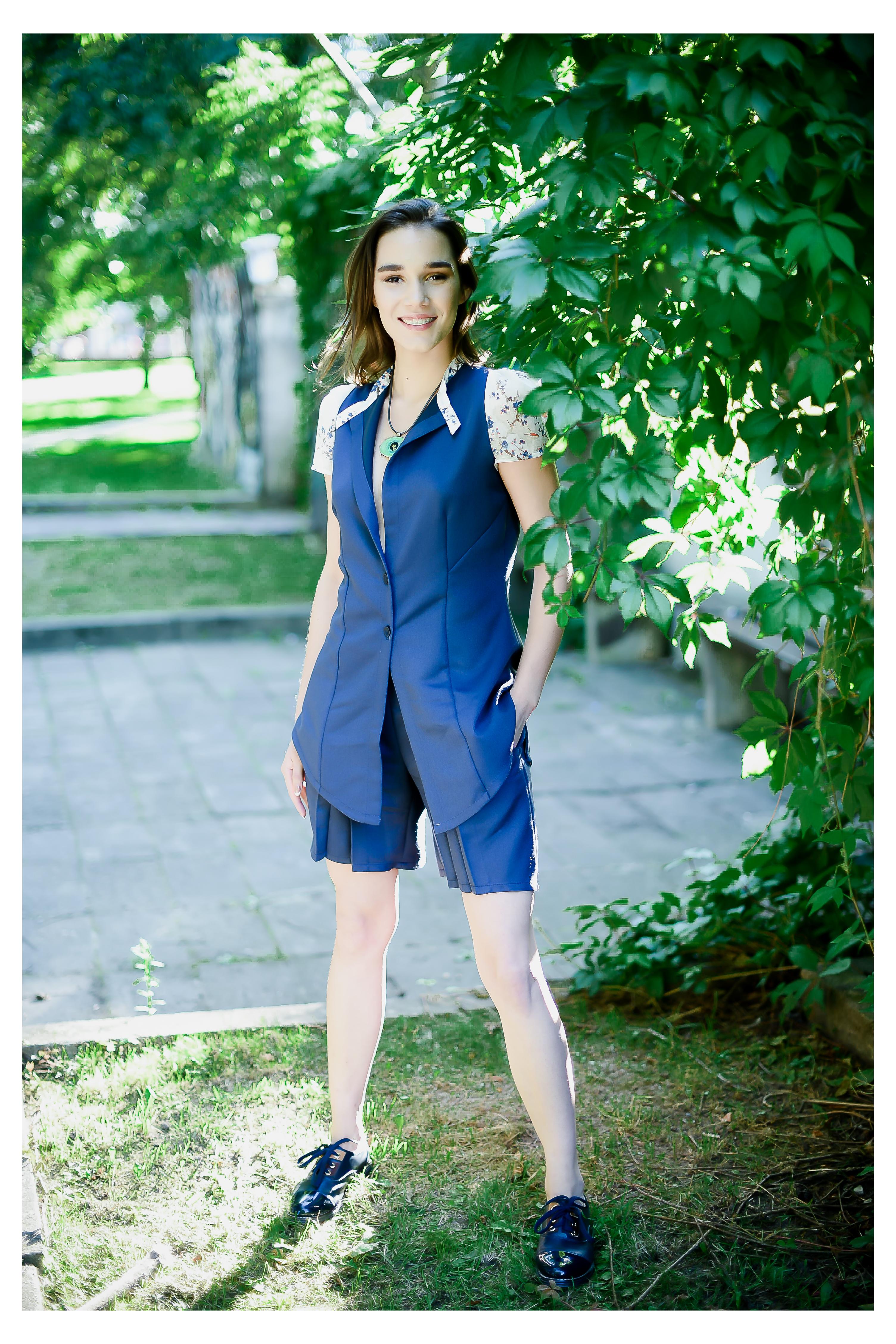 Vasarinis švarko ir šortų kostiumas