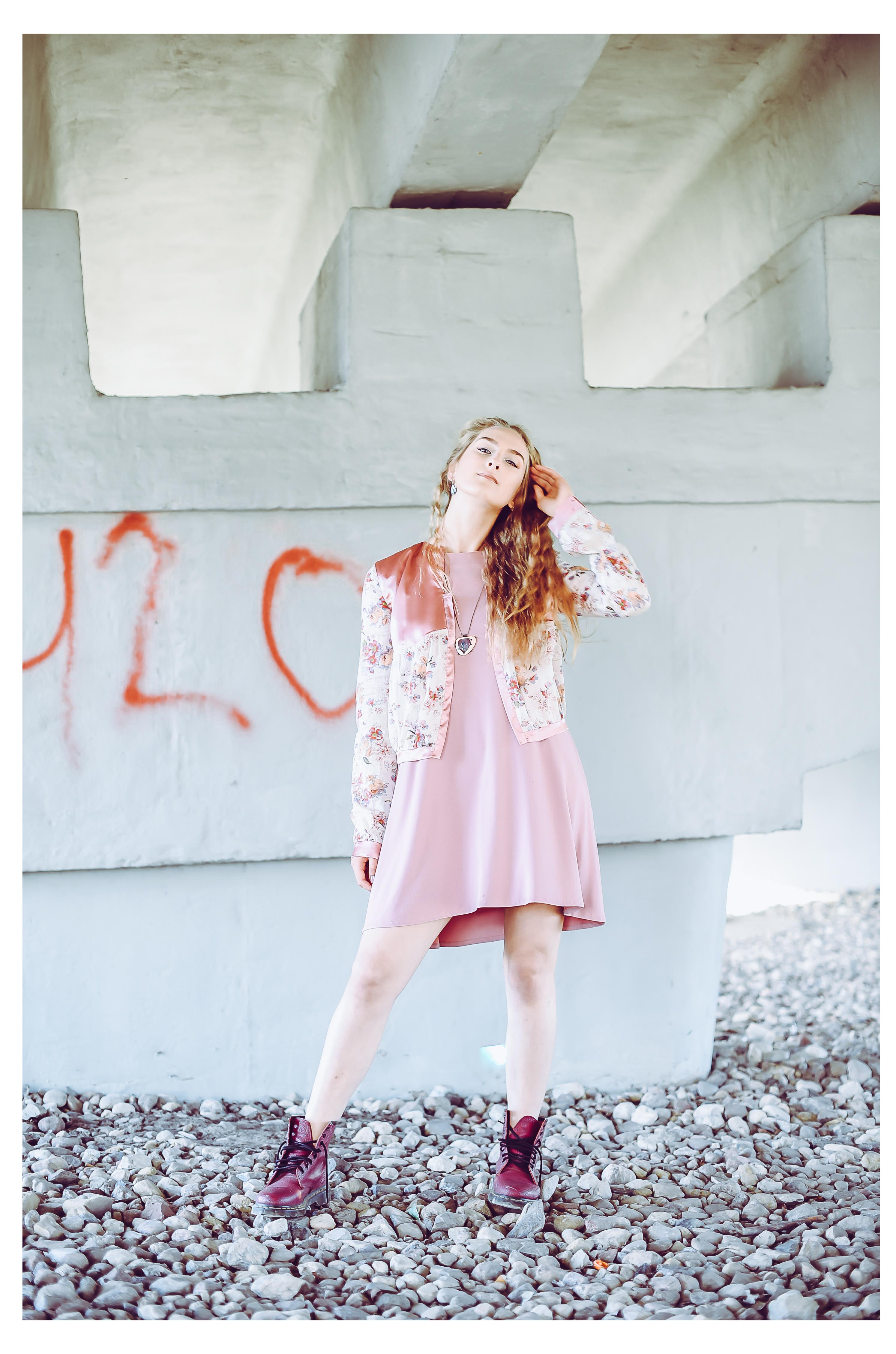 Suknelė ir atlasinis švarkelis