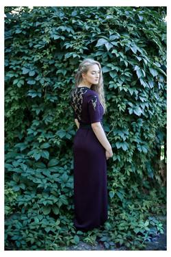 Ilga bordo suknelės su gipiūro detalėmis ir karoliukų siuvinėjimu