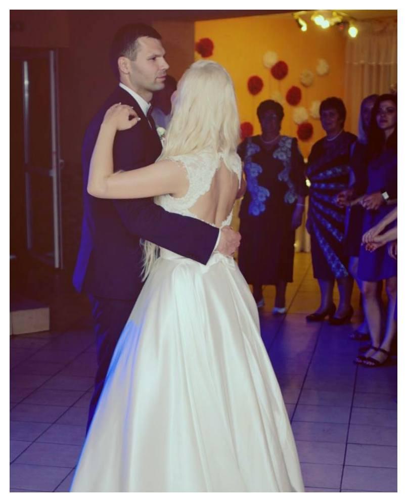 Atlasinė gipiūru puošta suknelė