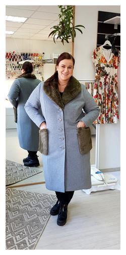 Vilnonis paltas su kailio detalėmis