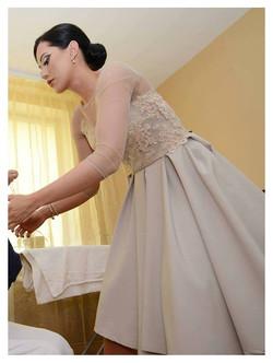 Suknelė su gipiūro ornamentų dekoru