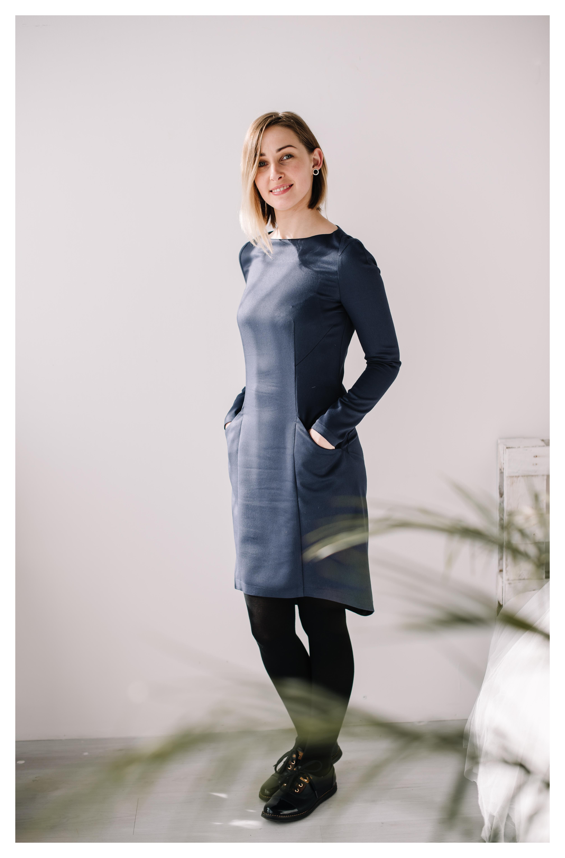 Mėlyna prigludusi suknelė