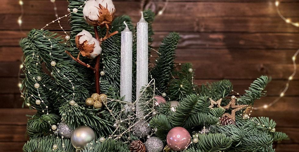 Vánoční kompozice s bílými svíčky a bavlnou