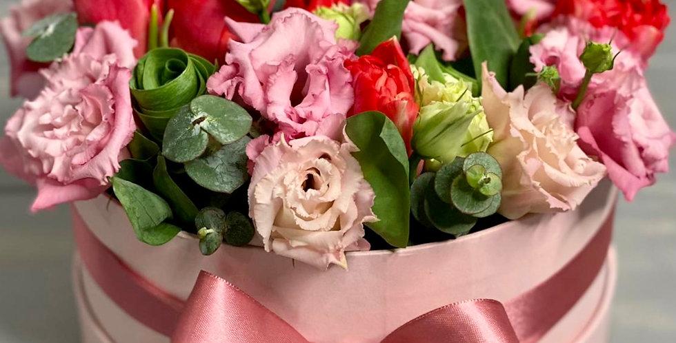 Krabice s eustomou a tulipány
