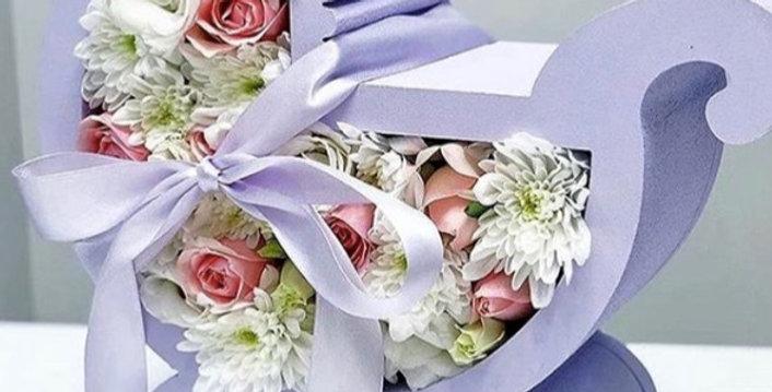 """Dárkový box """"Kočárek"""" s květinami"""