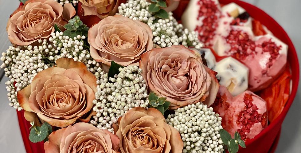 Krabice LOVE HEART s mixem květin a čokoládou