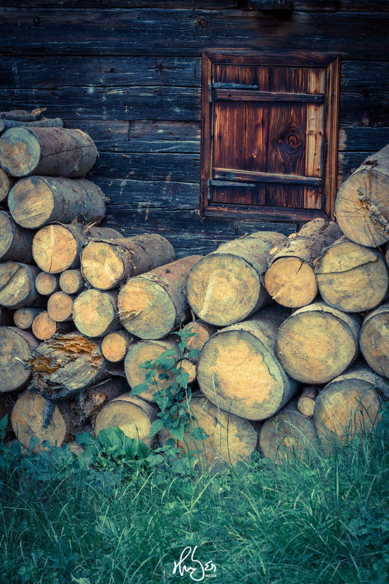 HUBER Media | Holz vor der Hütte