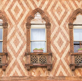 old-vintage-window-at-venice-italy_Hw4BO