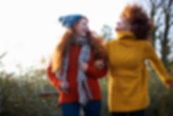 Las mujeres en suéteres de lana
