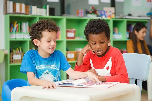 row-multiethnic-elementary-students-read