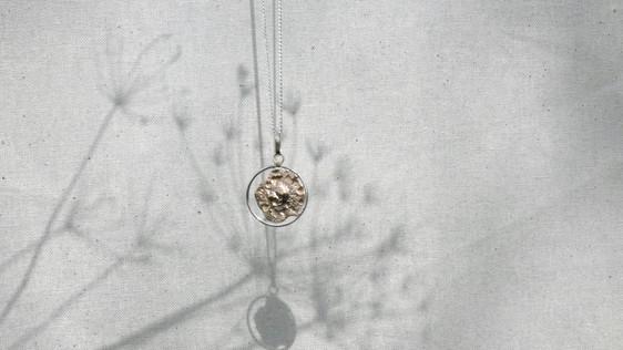 Pendentif flaque d'or cerclée d'argent