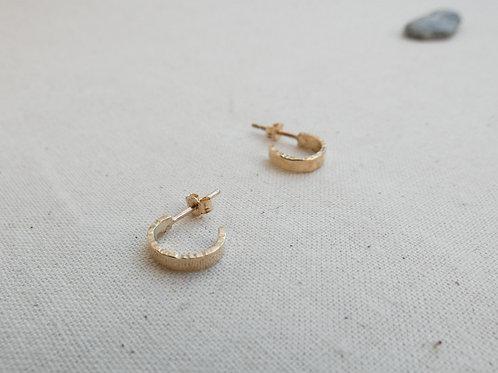 Petites créoles en or martelé