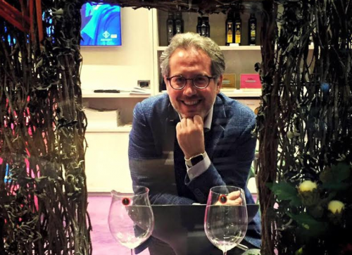 Signore con vino Girofle, rosato pugliese