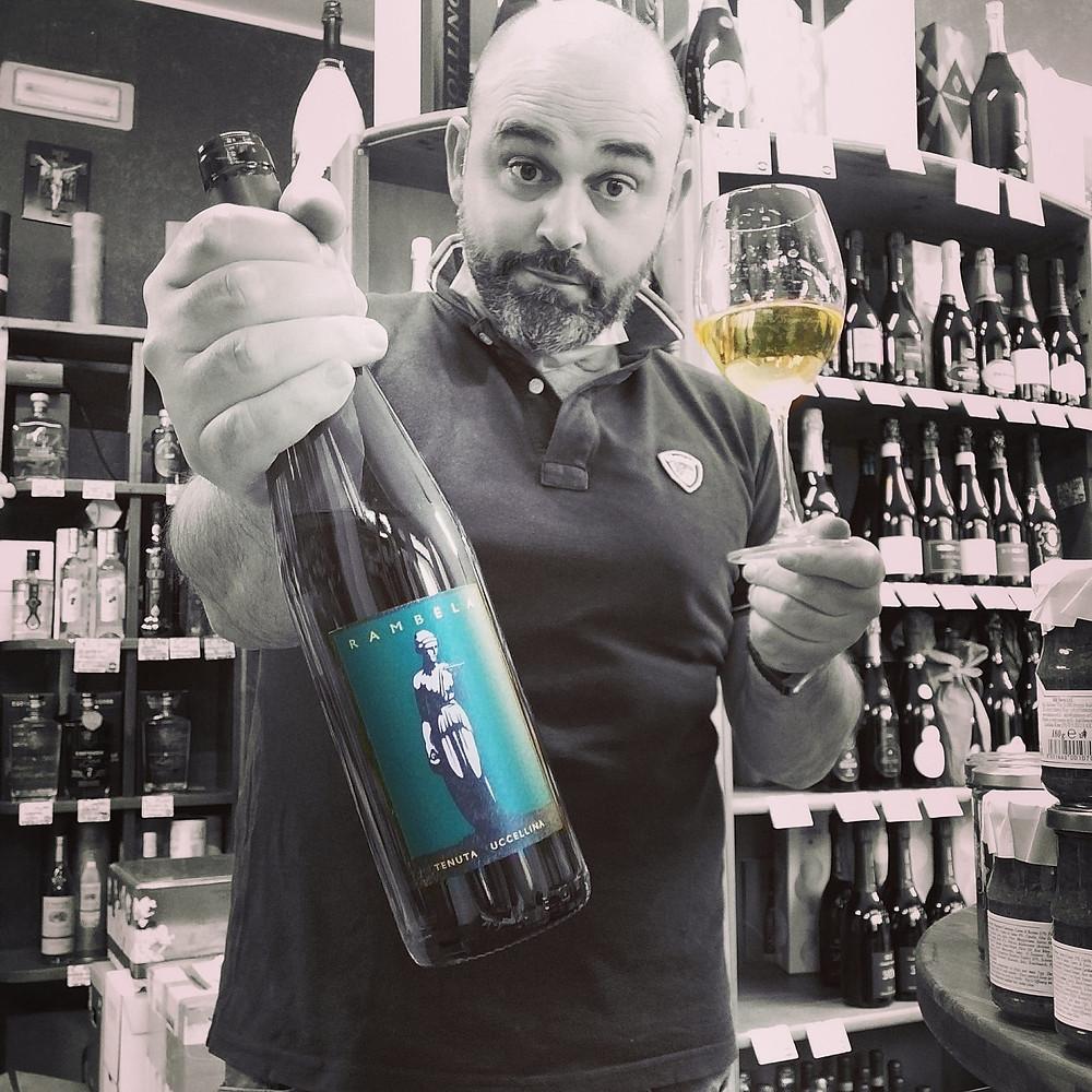 Uomo mostra bicchiere e bottiglia