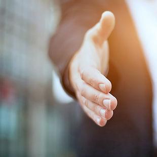 Main présentée pour recevoir une poignée de main pour saluer.