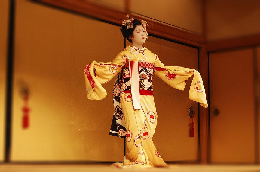 Девушка в традиционном японском кимоно